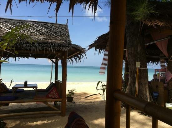 Lanta L.D. Beach Bungalows: paillote du bar les pirates, sur la plage !