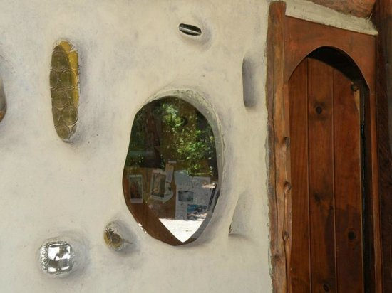 La Casa del Viajero: Acceso a la cabaña 1, ventana diseñada por Agustin