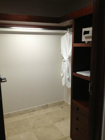 Azul Ixtapa Beach Resort & Convention Center:                   Walkin closet