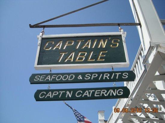 Captain's Table : L'insegna