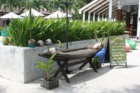Centra by Centara Coconut Beach Resort Samui: just outside bar'restaurant area
