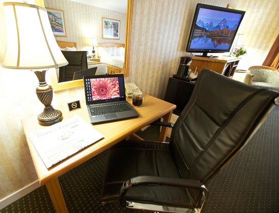 Quality Inn Downtown Inner Harbour : Desk & Chair inroom