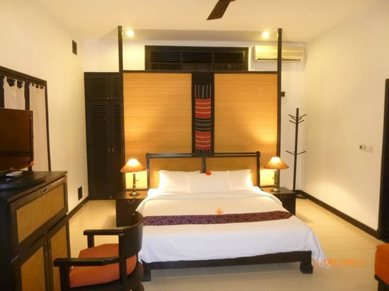La Maison d'Angkor : bedroom with bathroom behind the screen