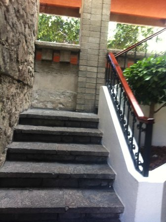 Marriott Puebla Hotel Meson del Angel: Need to drag your bags up and down these stairs