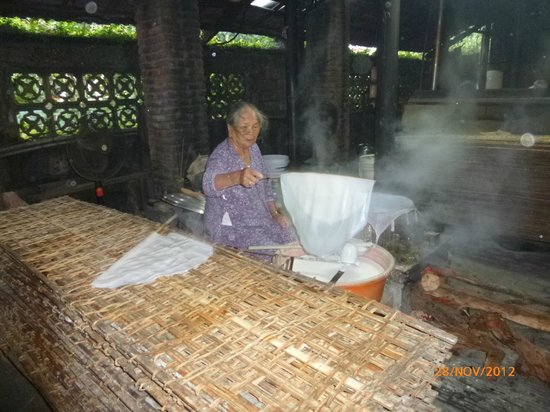 Hoi An Ancient House Resort & Spa: making the pancakes early in the morning