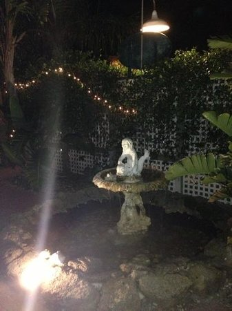 Buena Vista Inn : Water fountain! beautifully landscaped and relaxing!
