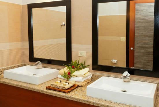 The Haven and Spa: Bathroom to Deluxe Room