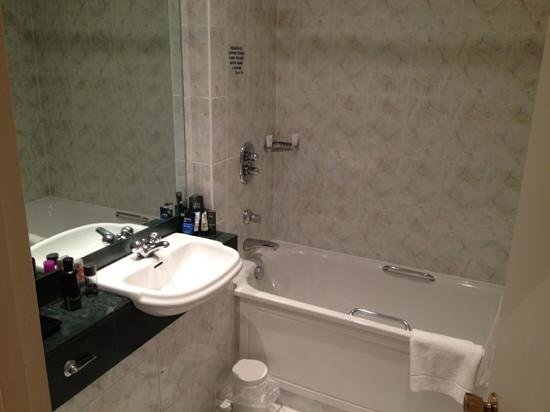 Best Western Plus Windmill Village Hotel Golf Club & Spa:                   Bathroom