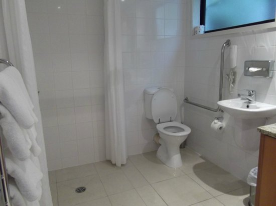 Commodore Airport Hotel, Christchurch: shower and toilet