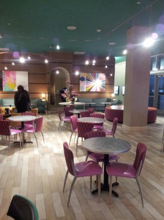 Hampton Inn & Suites by Hilton - Miami Brickell Downtown:                   BREAKFAST SITTING AREA