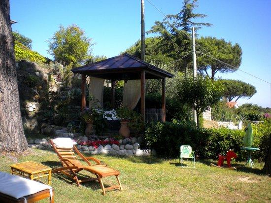 Uno degli angoli relax del giardino foto di hotel sant for Foto angoli giardino