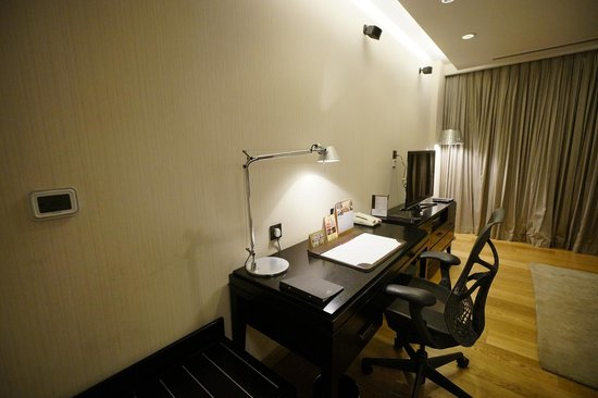 Fraser Suites New Delhi: desk