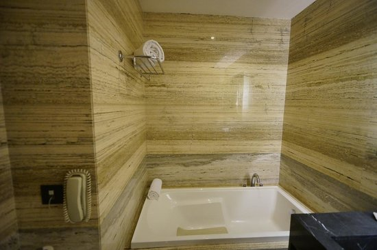 Fraser Suites New Delhi: bathroom