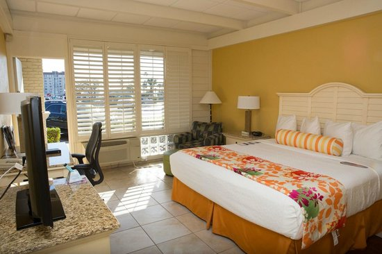 Best Western Plus Yacht Harbor Inn: Standard King w/semi private patio