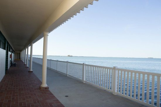 BEST WESTERN PLUS Yacht Harbor Inn: View from common walkway overlooking the Intercoastal
