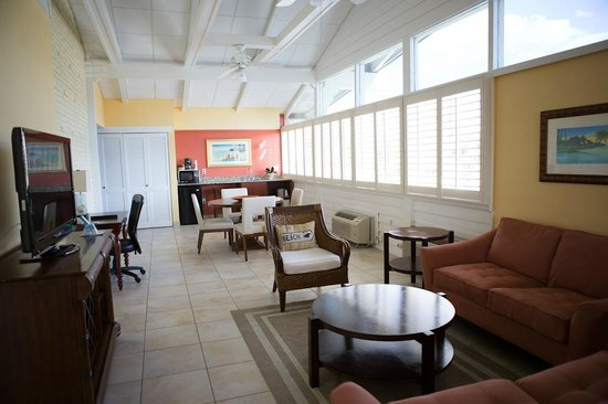 BEST WESTERN PLUS Yacht Harbor Inn: 2 bedroom Suite seating area