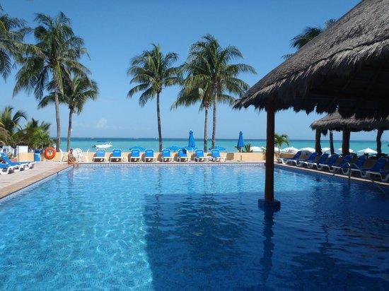 Nautibeach Condos: The pool overlooks the beach