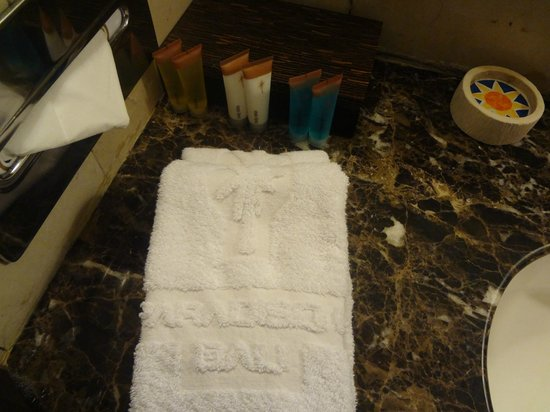 Kuta Paradiso Hotel: Paradiso - Supply's in bathroom & Hand Towels