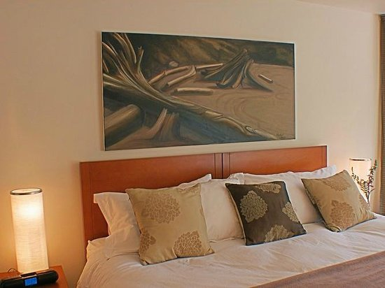 Bowen Island Hideaway: Large paintings by local artists in each room.