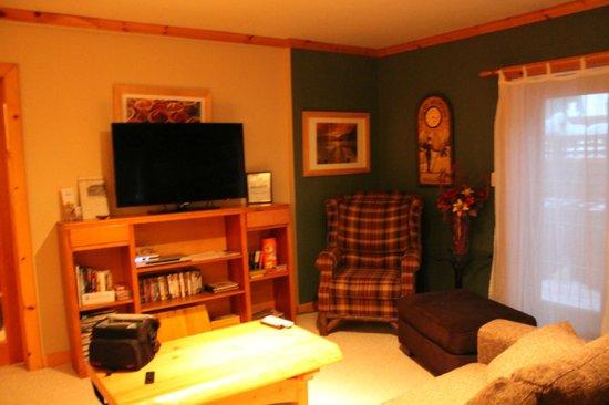 Cedar House Restaurant & Chalets:                   Living Room - Cedar Chalet