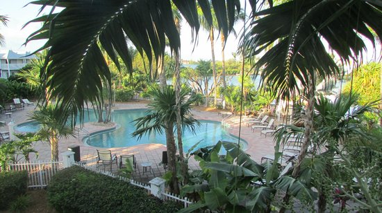 Hawks Cay Resort: View of Sunset Pool from 5083 upper deck.