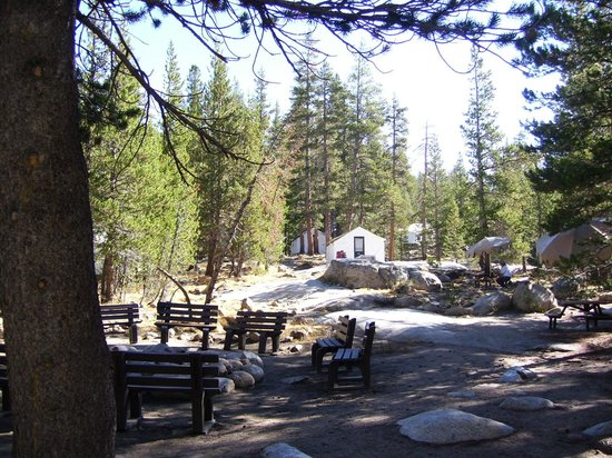Tuolumne Meadows Lodge: Lodge sitting and campfire area