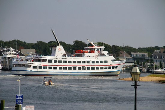 Hyannis Holiday Motel: Directly across from the Nantucket / Martha's Vineyard Island ferries just 100 yards away.