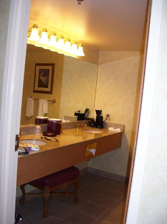 Suncoast Hotel and Casino: Bathroom sink/dressing area