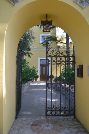 Hotel Villa Ceselle: Beautiful archway on backside of grounds