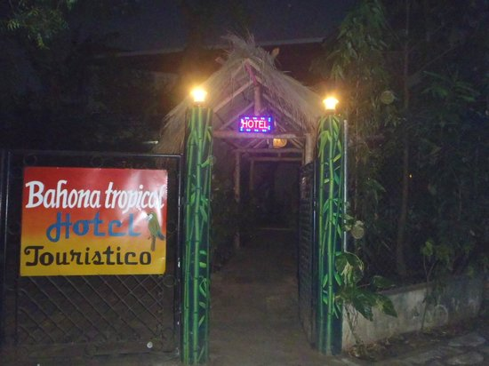 Bahona tropical: entry on nigth