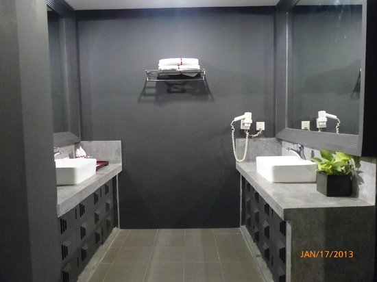 Memoire d' Angkor Boutique Hotel:                   Bathroom wash area (with two sinks)