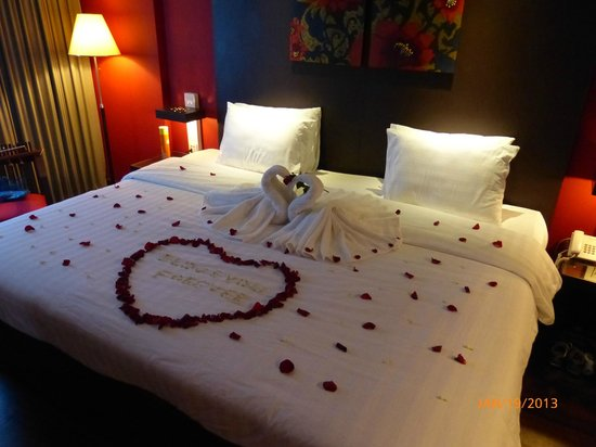 Memoire d' Angkor Boutique Hotel:                   Our bed decorated by the hotel on our second night