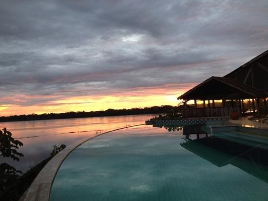 Guajara-Mirim, RO: Fim de tarde em frente ao Encontro das Águas
