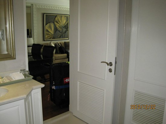 Grande Centre Point Hotel Ratchadamri: Door between dining, kitchen and bathroom
