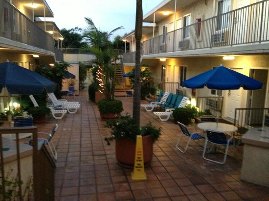 Travelodge Santa Monica: courtyard area