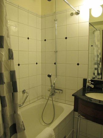 First Hotel Reisen: Bathroom