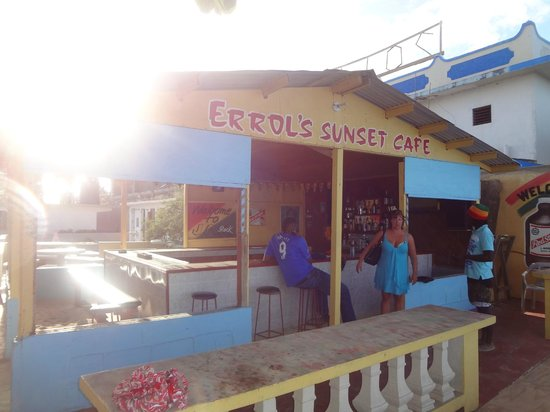 Errol's Sunset Cafe and Guesthouse:                   bar
