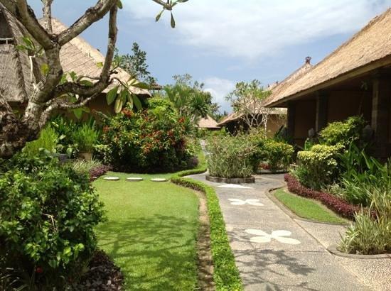 Matahari Terbit Bali Deluxe Bungalows:                   территория отлея. справа вход в бунгало