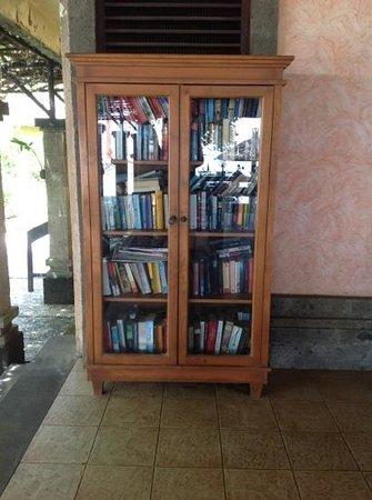 Matahari Terbit Bali Deluxe Bungalows:                   шкаф для книг. в основном немецкие