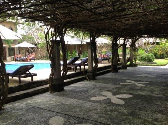 Matahari Terbit Bali Deluxe Bungalows:                   вид на бассейн из ресторана