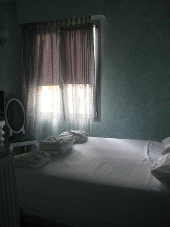 أثينز دياموند هومتل:                   Empty room next door                 