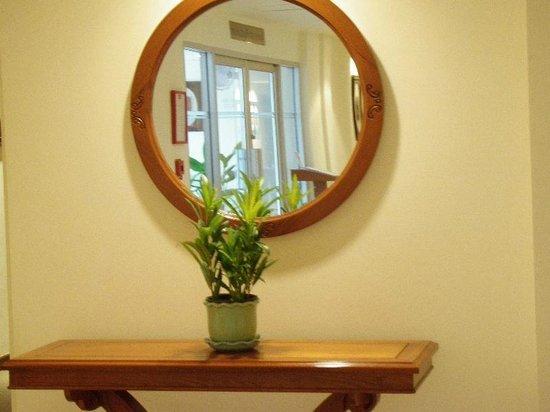 Mercure Chiang Mai:                                                                         プール入り口の鏡