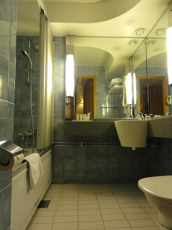Radisson Blu Royal Viking Hotel, Stockholm: outdated bathroom
