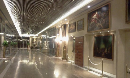 Rome Cavalieri, Waldorf Astoria Hotels & Resorts: the hallway on the 1st floor