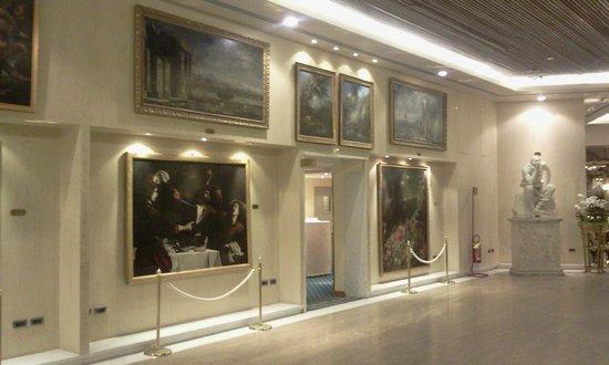 Rome Cavalieri, Waldorf Astoria Hotels & Resorts: the hallway on the 1st floor