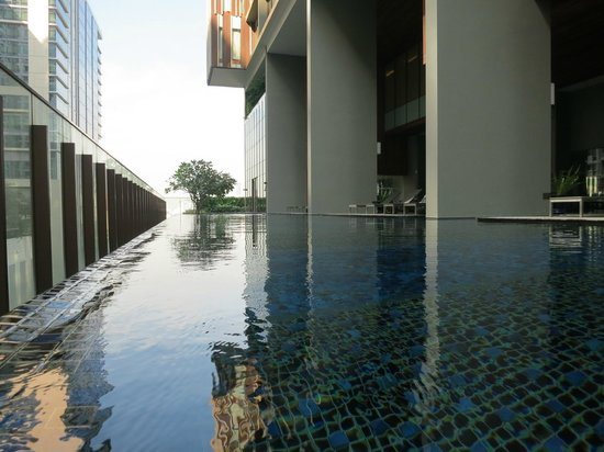 Hansar Bangkok Hotel: spacious pool area