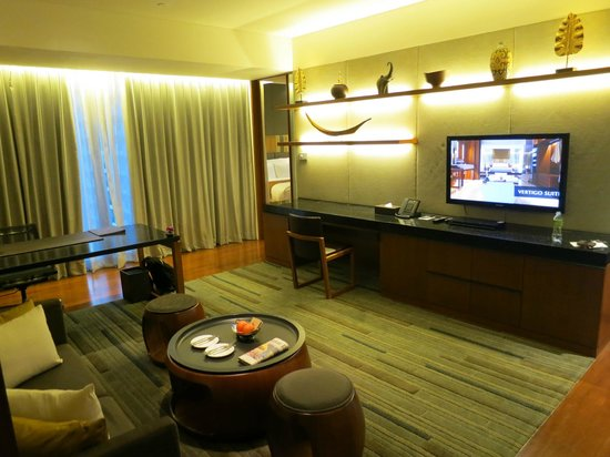 Hansar Bangkok Hotel: huge living room with working desk