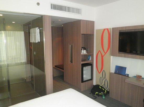 Novotel Bangkok Fenix Silom :                   Room and bathroom