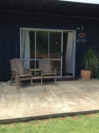 Hideaway Retreat Norfolk Island: Seating area outside the apartment.