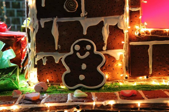 Le Meridien Angkor: large gingerbread holiday display